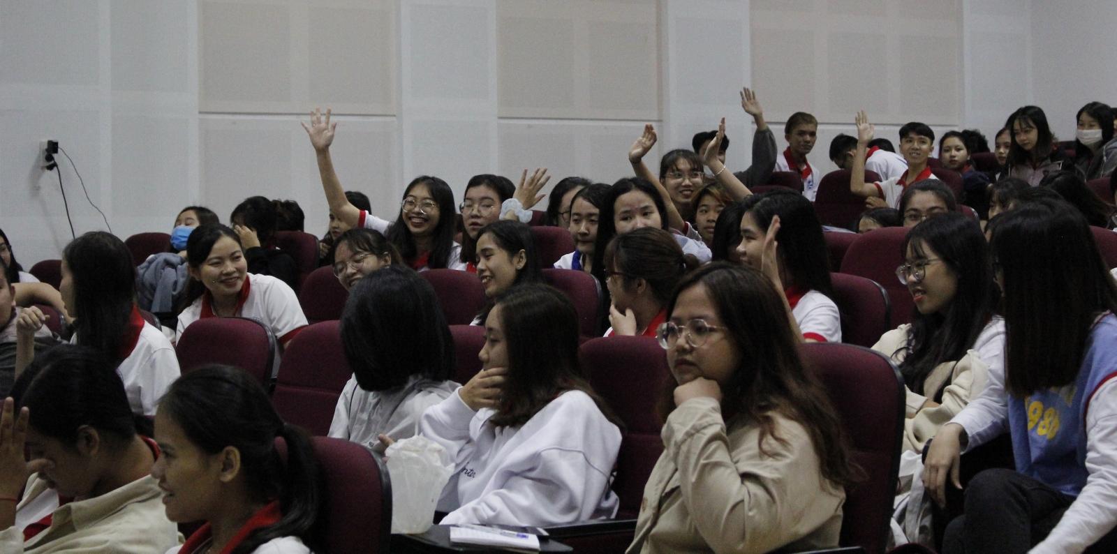Các sinh viên hào hứng nêu quan điểm tại toạ đàm